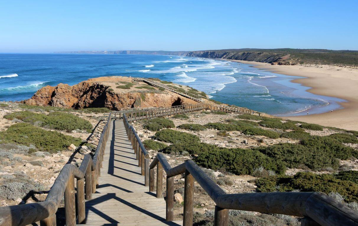 Walking trail to arrive on Praia da Bordeira
